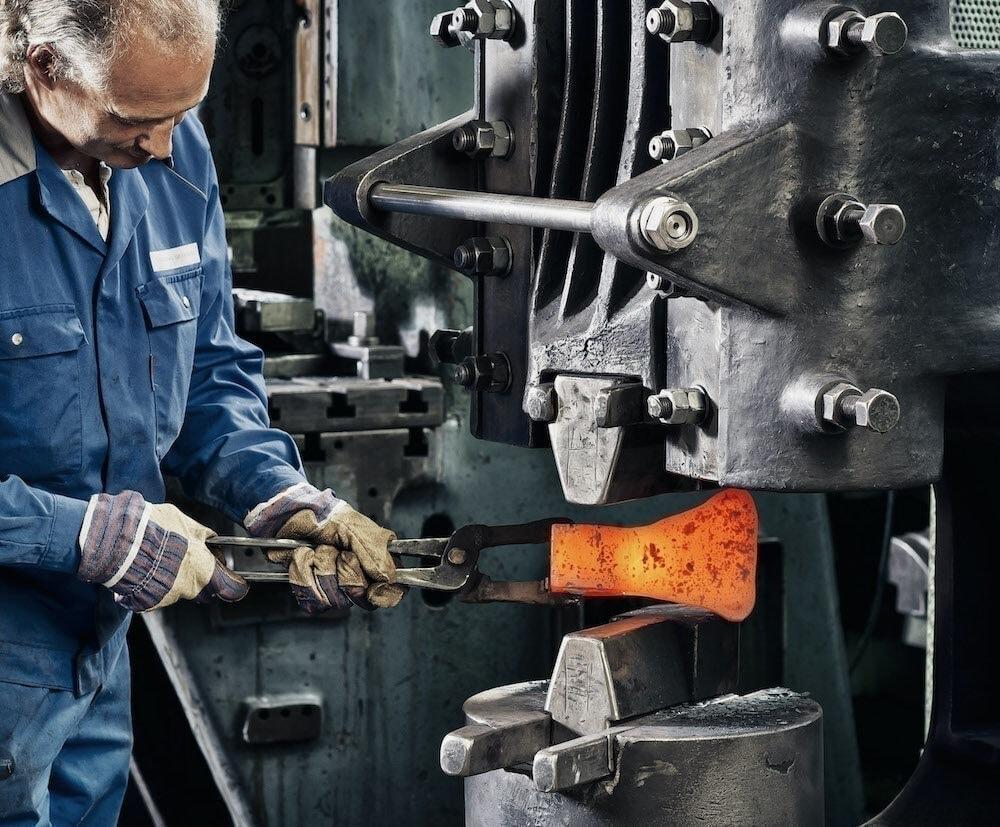 Produktion einer Holzaxt Müller Hammerwerk